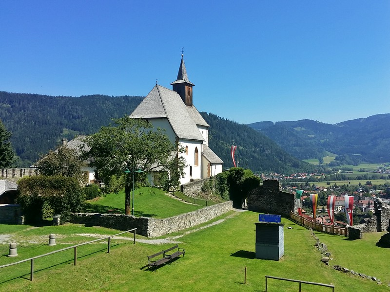 You'll find a church, castle ruins, museum and restaurant on Petersberg.