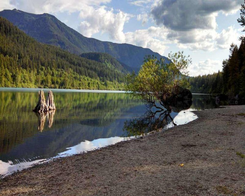 Rattlesnake Lake is the start of the Rattlesnake Ledge, one of the best easy hikes near Seattle. It is a popular place to visit in Washington State