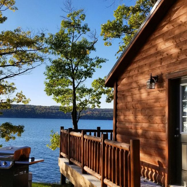 Cozy cabins to escape the city and relax on a lake