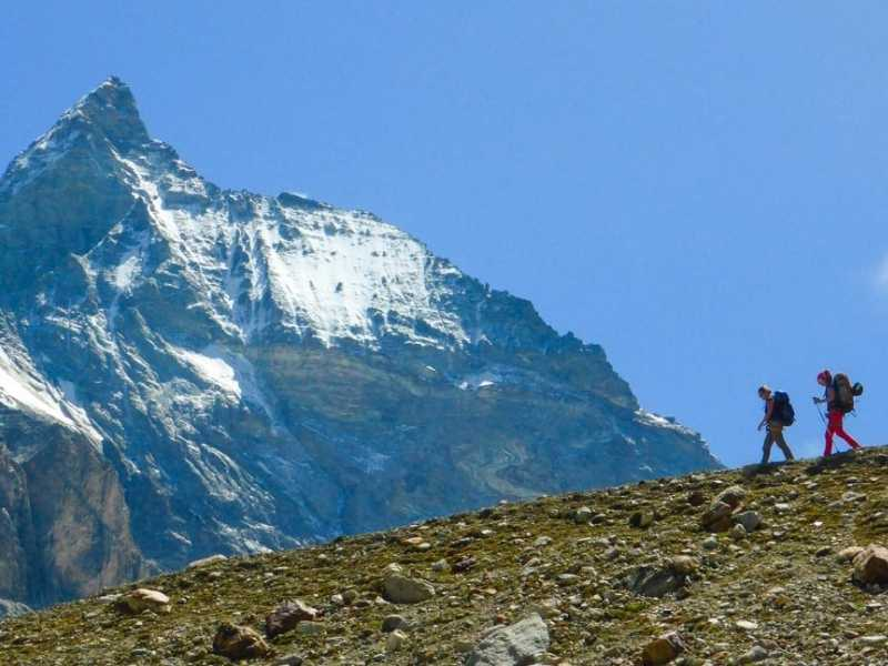2 hikers with the Matterhorn in the background, one of the highlights of the Haute Route