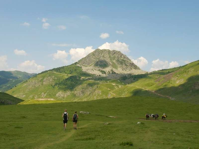 2 hikers en route from Sylbice to Doberdol, part of the Via Dinarica hiking route