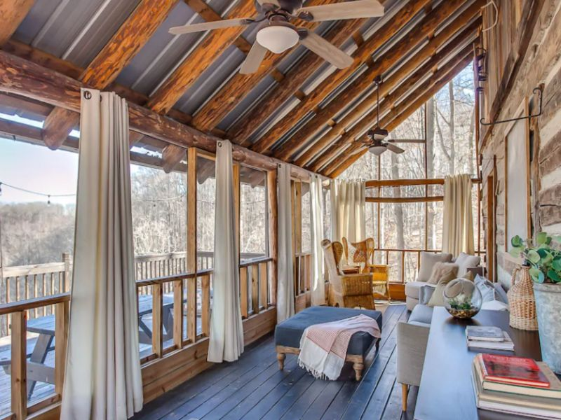 Enjoy luxury and amazing views at this treehouse rental in Tennessee