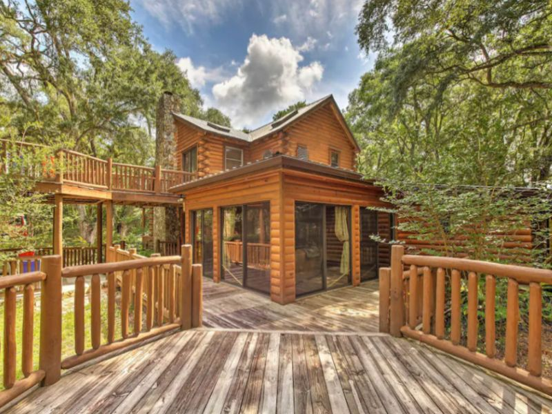Quiet Inverness Log Cabin to rent in Florida